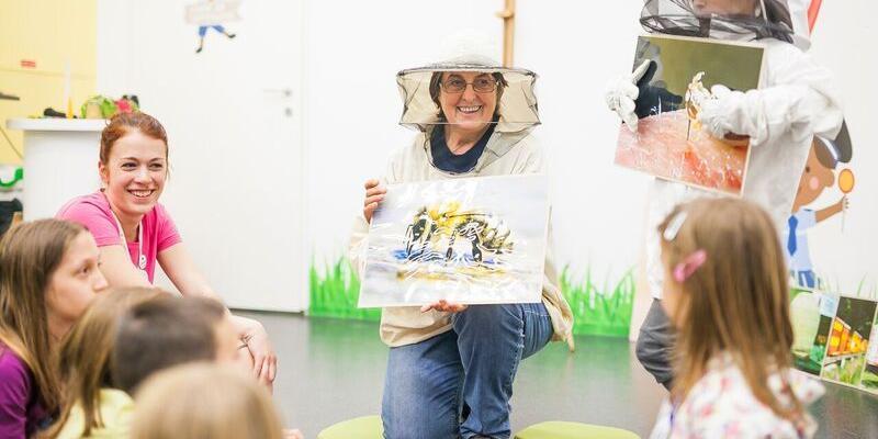 Na predstavitvi čebelarstva otrokom je sodelovala gospa Gordana Vidič in  Čebelarskega društva Barje. Otroci so bili zelo zadovoljni s predstavitvijo  ... c2f1acdfa19